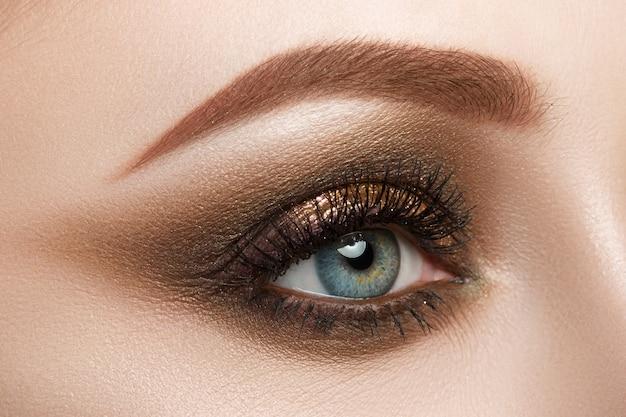Nahaufnahme des weiblichen blauen auges mit schönem make-up. perfekte make-up nahaufnahme.