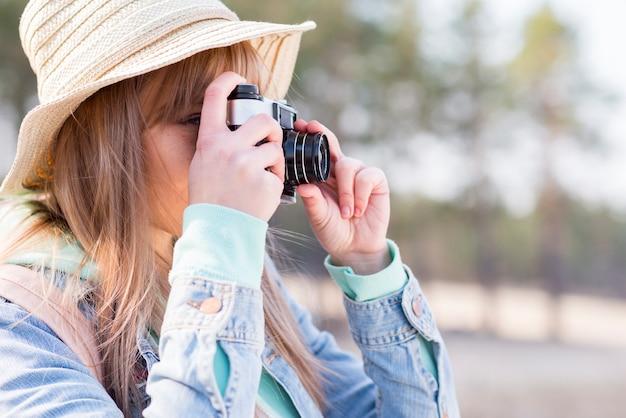 Nahaufnahme des weiblichen touristen foto mit kamera machend