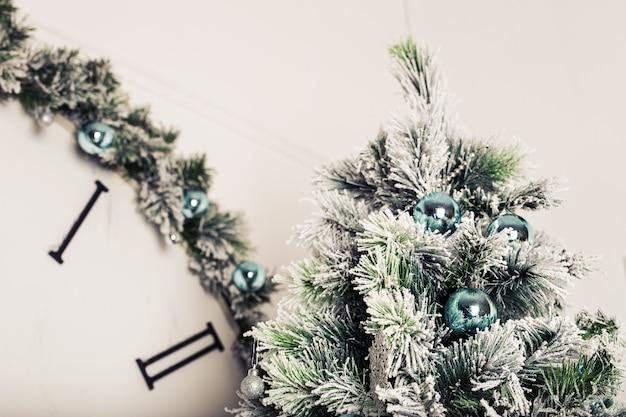 Nahaufnahme des weihnachtsbaumhintergrundes. geschmückter weihnachtsbaum