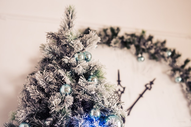 Nahaufnahme des weihnachtsbaumhintergrundes. weihnachtsbaum und weihnachtsschmuck