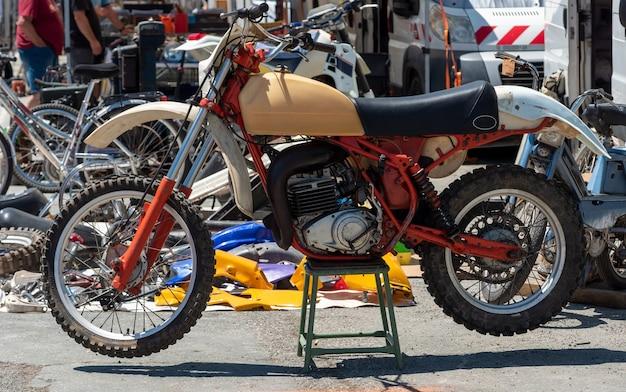 Nahaufnahme des weinlese-motocross-fahrrads