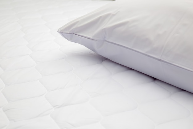 Nahaufnahme des weißen kissens auf dem bett im schlafzimmer