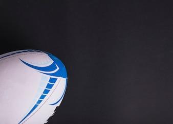 Nahaufnahme des weißen Rugbyballs auf schwarzem Hintergrund