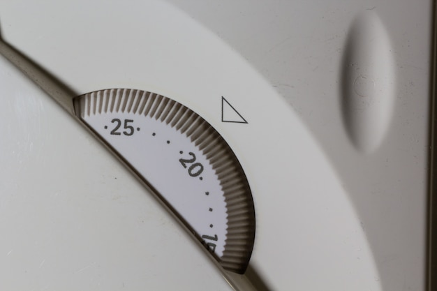 Nahaufnahme des weißen temperatursteuertafels für zentralheizungssystem