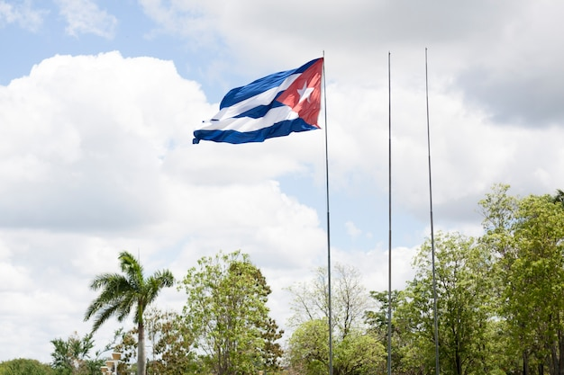 Nahaufnahme des wellenartig bewegens der kubanischen flagge