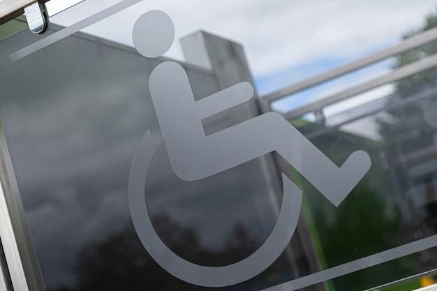 Nahaufnahme des zeichens körperlich behinderte person im rollstuhl