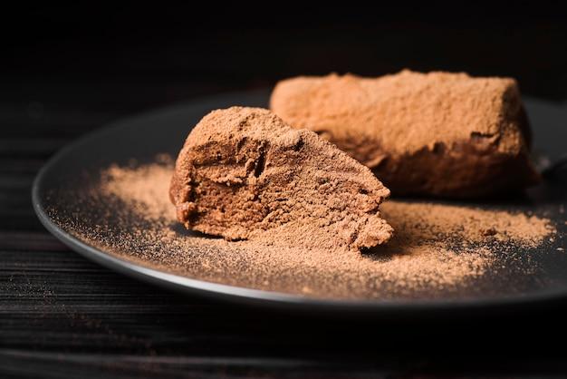 Nahaufnahme dessert mit kakaopulver
