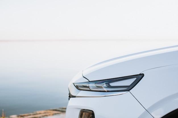 Nahaufnahme detail auf einem der modernen autos der led-scheinwerfer.