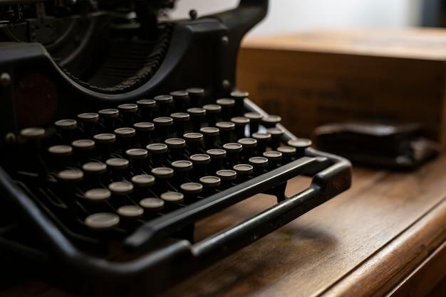Nahaufnahme detail einer alten schreibmaschine bei schlechten lichtverhältnissen