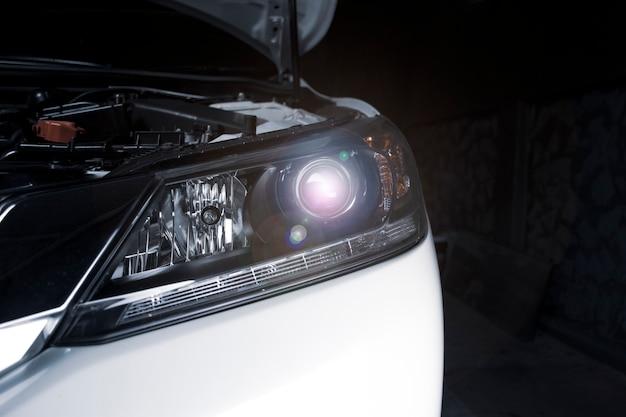 Nahaufnahme details der projektorlinsenscheinwerfertechnologie in einem auto.
