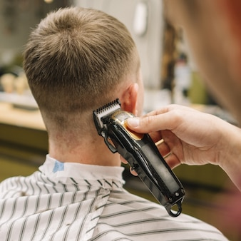 Nahaufnahme, die einen haarschnitt erhält