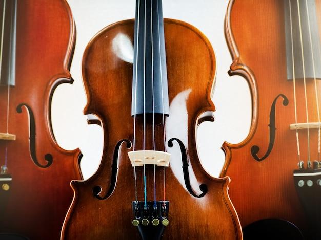 Nahaufnahme die hölzerne violine, zeigen detail und teil der violine, undeutliches licht herum