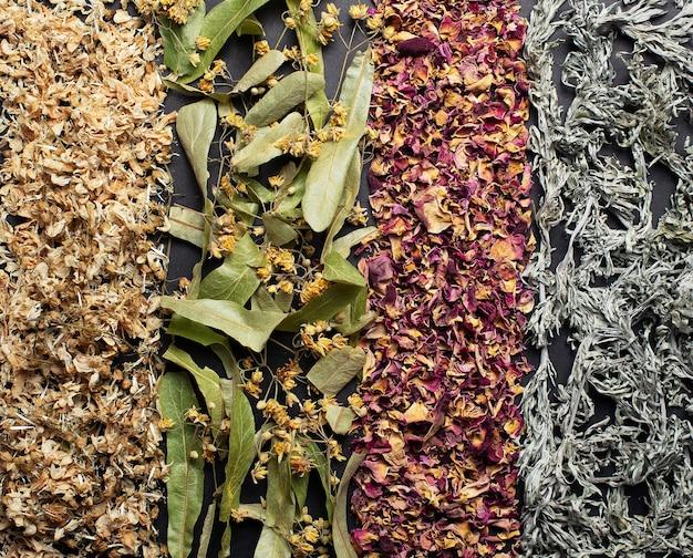 Nahaufnahme-draufsichtfoto von getrockneter robinie, linde, teerosenblättern, beifuß.