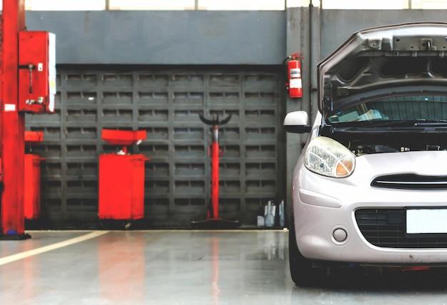 Nahaufnahme eco autoparkplatz-reparaturgarage mit weichzeichnung im hintergrund und über licht
