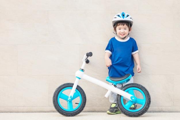 Nahaufnahme ein kinderstand auf marmorsteinboden mit fahrrad