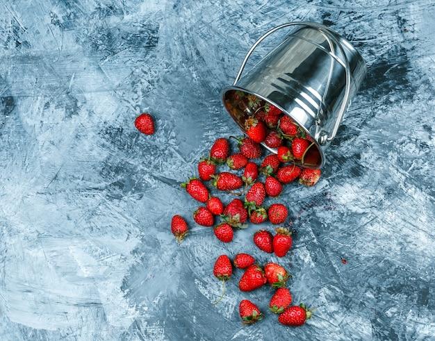 Nahaufnahme ein korb von erdbeeren auf dunkelblauem marmorhintergrund. horizontal