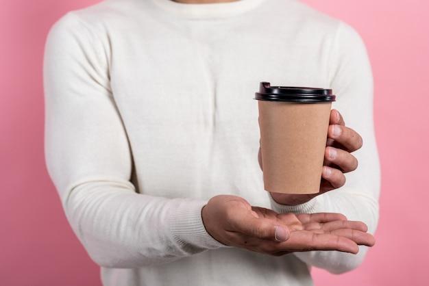 Nahaufnahme ein papierglas kaffee in den männlichen händen