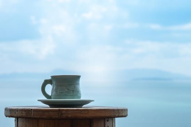 Nahaufnahme ein tasse kaffee auf dem tisch auf seeansicht