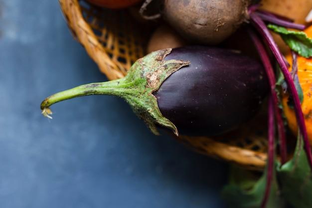 Nahaufnahme eine aubergine in einem korb