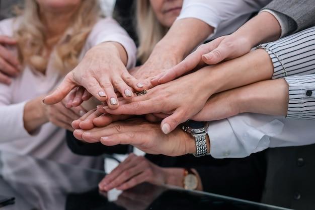 Nahaufnahme. eine gruppe von mitarbeitern, die ihre einheit zeigen. das konzept der teamarbeit