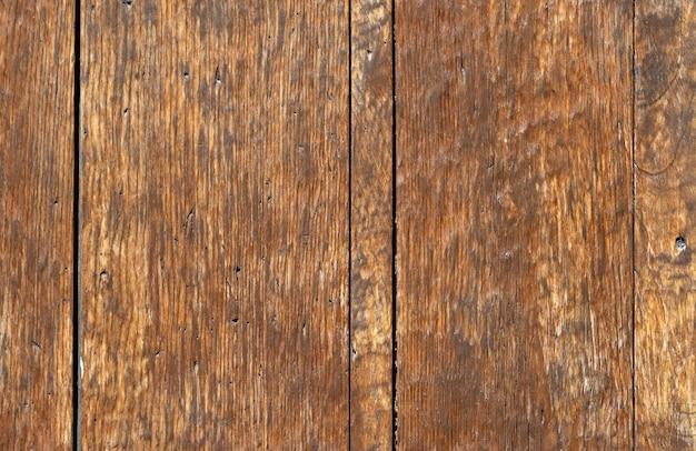 Nahaufnahme einer alten getäfelten holztür; rostig und verwittert. holz textur hintergrund