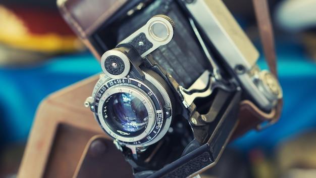 Nahaufnahme einer alten retro-vintage-film-fotokamera mit objektiv in ledertasche