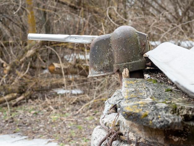 Nahaufnahme einer alten wasserpumpe aus metall auf der straße.