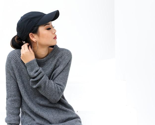 Nahaufnahme einer asiatischen frau, die eine mütze trägt