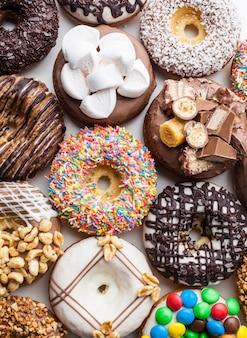 Nahaufnahme einer auswahl von bunten donuts.