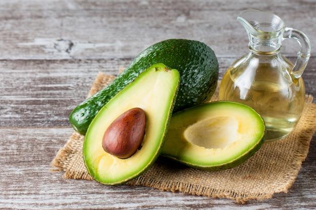 Nahaufnahme einer avocado und des avocadoöls