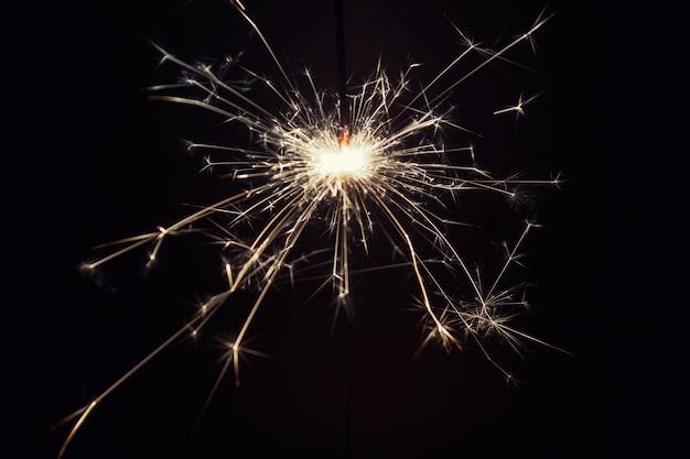 Nahaufnahme einer brennenden pyrotechnischen wunderkerze