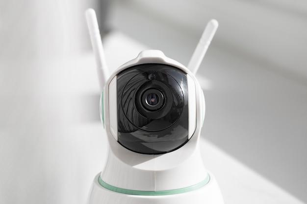 Nahaufnahme einer cctv-kamera mit rotierendem kopf für ein haus