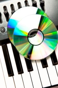 Nahaufnahme einer cd auf einem synth
