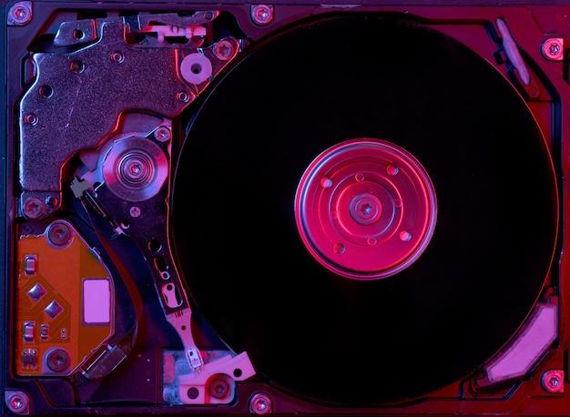 Nahaufnahme einer computerfestplatte mit rot-blauer beleuchtung Premium Fotos