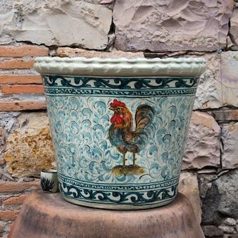 Nahaufnahme einer dekorativen urne, fabrica la aurora, san miguel de allende, guanajuato, mexiko
