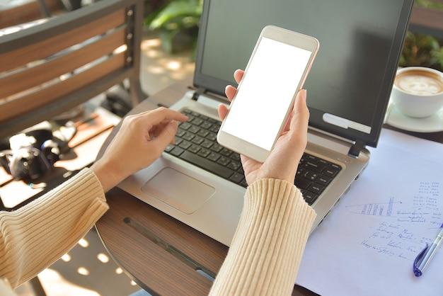 Nahaufnahme einer frau, die die kopierspezifikation des handy-bildschirms verwendet