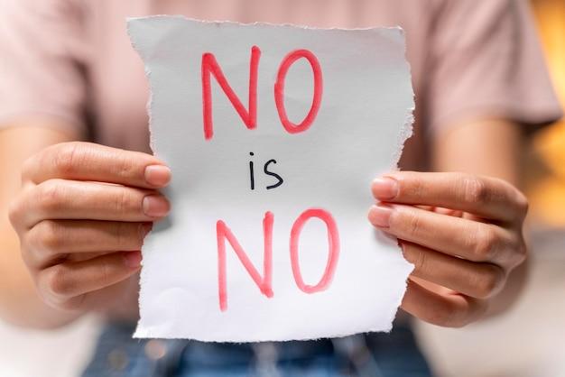 Nahaufnahme einer frau, die ein nein hält, ist kein zeichen