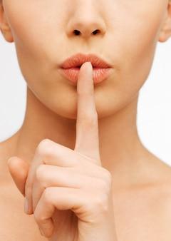 Nahaufnahme einer frau, die eine stille geste macht