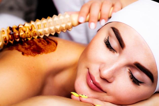 Nahaufnahme einer frau, die eine therapeutische massage genießt