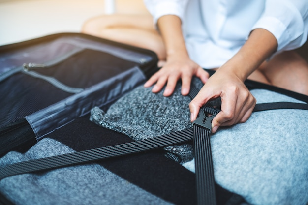 Nahaufnahme einer frau, die gepäck für eine reise packt