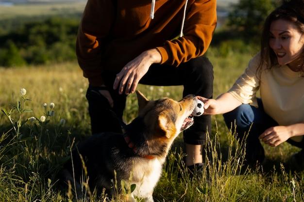 Nahaufnahme einer frau, die mit hund spielt