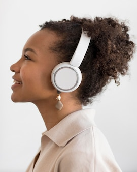 Nahaufnahme einer frau, die musik hört