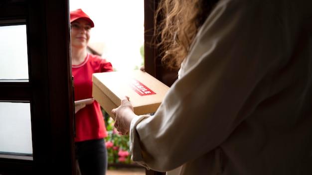 Nahaufnahme einer frau, die packung erhält receiving