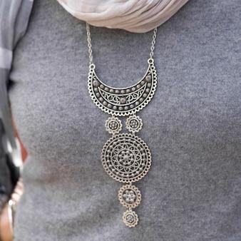 Nahaufnahme einer frau, die traditionelle halskette, marokko trägt