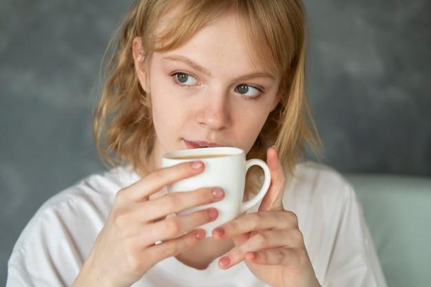 Nahaufnahme einer frau mit kaffee