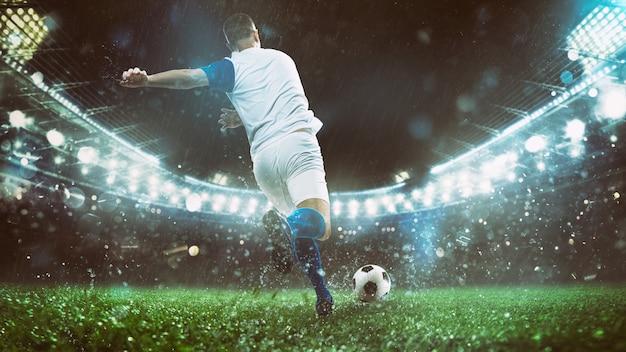Nahaufnahme einer fußballszene am nachtspiel mit spieler in einer weißen und blauen uniform, die den ball mit kraft tritt