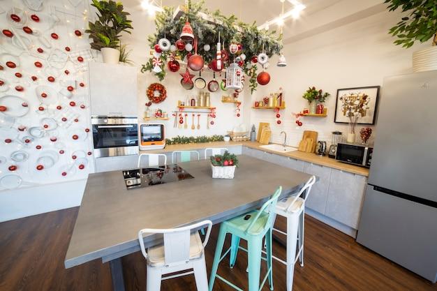 Nahaufnahme einer gemütlichen modernen küche für eine große familie, die für die neujahrsfeier dekoriert ist
