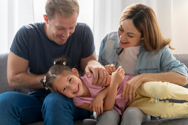 Nahaufnahme einer glücklichen familie, die zeit miteinander verbringt