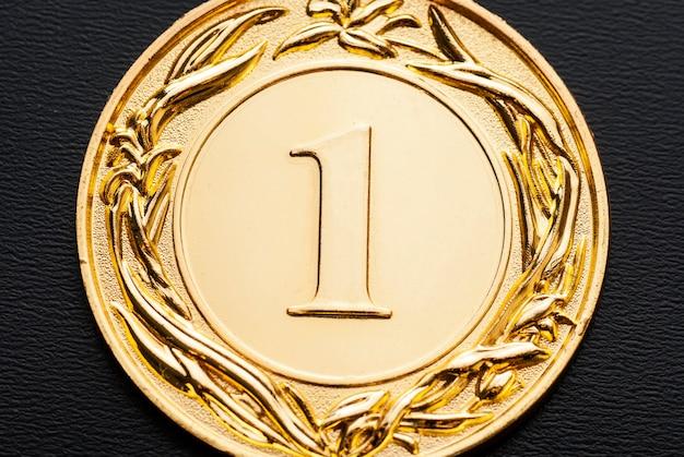 Nahaufnahme einer goldenen medaille