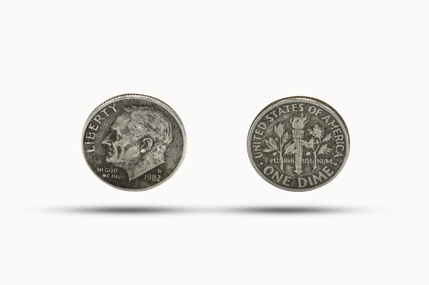Nahaufnahme einer groschenmünze mit schatten auf weißem hintergrund